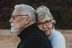 Flirten tipps Engagement Photos - The 70 Most Beautiful Couple Photos Of All Time Jogging Strollers Family Portrait Poses, Family Posing, Couple Portraits, Adult Family Photos, Family Picture Poses, Older Couple Poses, Couple Photoshoot Poses, Couples Âgés, Couples In Love