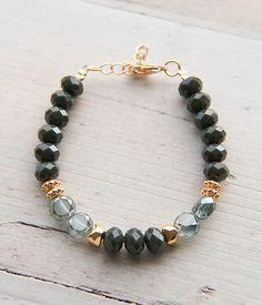 He encontrado este interesante anuncio de Etsy en https://www.etsy.com/es/listing/253586182/green-bracelet-gold-bracelet-beaded