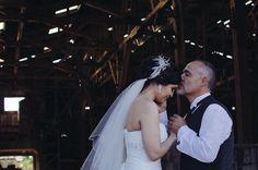 un padre despidiendo a su hija