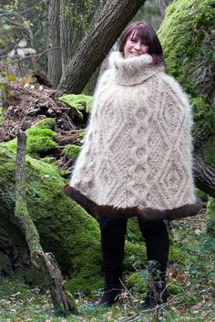 Julie - Brown Poncho Fur | von Mike.Pursey Gros Pull Mohair, Extreme Knitting, Chunky Knitwear, Capes & Ponchos, Knitted Cape, Mini Robes, Sweater Outfits, Wool Sweaters, Sweaters For Women