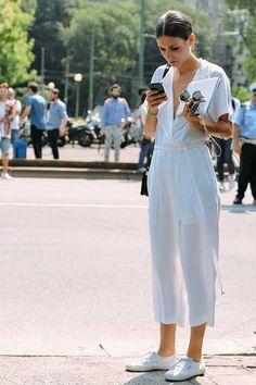 Street Style. Macacão transpassado branco e superga branco.