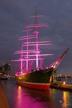 Die Rickmer Rickmers in Pink zum Weltmädchentag