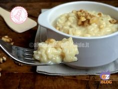 Il risotto gorgonzola e noci cremoso in questa versione rapidissima è anche senza burro né soffritto ed è talmente facile che si preparara da solo.