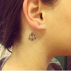 tatuagens femininas no pescoço delicada âncora com coração