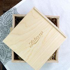 Elegáns, fadobozos, átadásra kész ajándékcsomag a minőségi szálas teák és kávé különlegességek kedvelőinek! Office Supplies