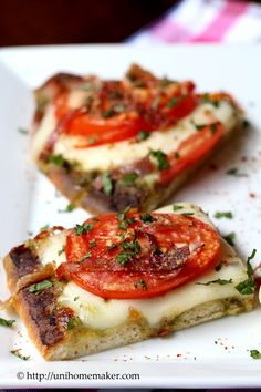 Friday Dinner: Tomato and Pesto Flatbread Pizza a perfect snack for a Friday night at home movie night! Think Food, I Love Food, Good Food, Yummy Food, Tasty, Vegetarian Recipes, Cooking Recipes, Healthy Recipes, Brunch