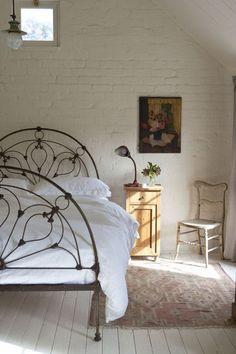 Le lit en fonte semi-circulaire : un meuble rare