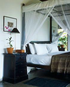 decordesignreview: teca cama con dosel en Sri Lanka cubierto con un mosquitero...me encanta el mosquitero!