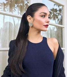 Vanessa Hudgens with high ponytail hair style and red lipstick makeup look Elegant Ponytail, Sleek Ponytail, Ponytail Styles, Short Hair Styles, Long Ponytail Hairstyles, Sleek Hairstyles, Vanessa Hudgens Makeup, Style Vanessa Hudgens, Hair Inspo