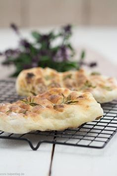 Quick flatbread from the grill- Schnelles Fladenbrot vom Grill Flatbread from the grill as a side dish for grilling. Grilled Flatbread, Grilled Bread, Grilling Recipes, Pork Recipes, Veggie Recipes, Quick Bread Recipes, Kebabs, Pain, Cooking Time