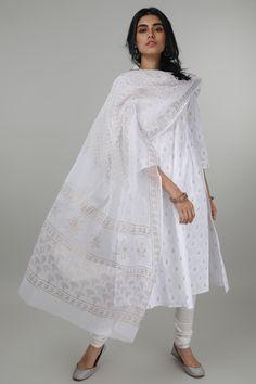 Beat the heat with are newly designed plain basic kurtas. This Kurta has a slim cut. Salwar Suit Neck Designs, Kurta Designs Women, Ethnic Outfits, Indian Outfits, Fashion Outfits, Indian Formal Wear, Indian Wear, Khadi Kurta, Churidar