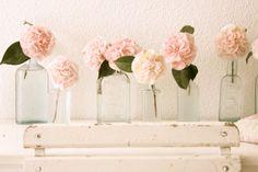 vintage-glass-bottles-centerpieces-pink-garden-roses-budget-friendly-centerpiece-ideas