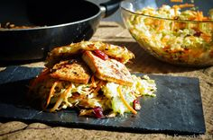 KNUSPERKABINETT: Röstiburger mit Jerk Tofu und karibischem Cole Slaw