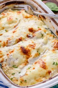 This creamy chicken spinach bake makes the perfect dinner entree! One of the EASIEST chicken recipes because it's all prepped and baked in one pan! Now that's a dinner worthy recipe and a keto friendly spinach and chicken breast recipe! Creamy Spinach Chicken, Spinach Stuffed Chicken, Baked Chicken, Creamy Chicken Casserole, Cheesy Chicken, Grilled Chicken, Spinach Casserole, Garlic Chicken, Gourmet Recipes