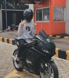 Bike Bmw, Yamaha Bikes, Suzuki Motorcycle, Girl Riding Motorcycle, Dirt Bike Girl, Biker Photography, Boy Photography Poses, Biker Boys, Biker Girl