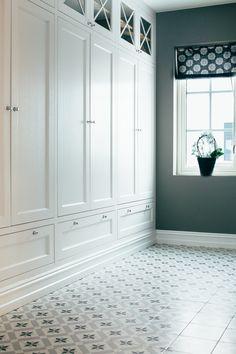 Villa i Holmenkollen — Custom Kitchen & Interiors Hall Wardrobe, Built In Wardrobe, Kitchen Interior, Interior Design Living Room, Home Bedroom, Bedroom Decor, Kitchen Built Ins, Tiled Hallway, Flur Design
