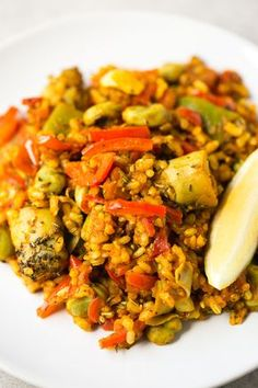 Spanish rice with veggies - This Spanish vegetable rice is perfect for those days you want to cook something fancy, but don't want to spend hours in the kitchen. It tastes like heaven! Couscous, Rice Recipes, Vegetarian Recipes, Cooking Recipes, Healthy Recipes, Cooking Games, Mexican Recipes, Vegetable Rice Recipe, Vegetable Dishes