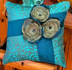 Organza Flower Pillow. Tutorial: http://sew4home.com/projects/pillows-cushions/549-turquoise-2010-organza-flower-pillow