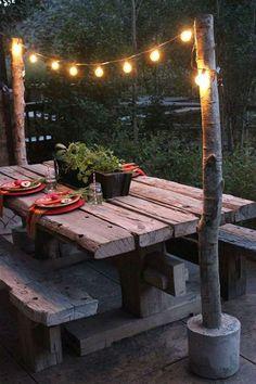 Coin repas en bois brut pour une fête dans le jardin.17 Coins repas d'extérieur pour les beaux jours