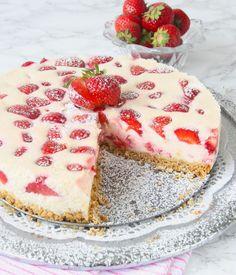 Jordgubbscheesecake med smulig botten – Lindas Bakskola