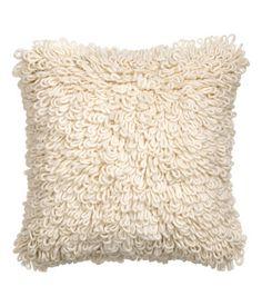 Naturweiß. Kissenhülle mit Wollanteil. Die Kissenhülle hat eine Strick-Vorderseite mit Schlingen und eine Rückseite aus Baumwollstoff. h&m
