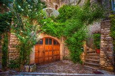 The backyard - TomFear Beautiful Images, Places To Visit, Backyard, Cabin, Windows, Doors, Architecture, House Styles, Garden
