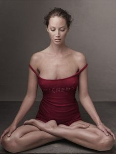 Christy Turlington, photo by Annie Leibovitz, 2006 // takeaway: meditative/relaxed pose for our relaxing scent theme Annie Leibovitz Photos, Annie Leibovitz Photography, Natalia Vodianova, Christy Turlington, Claudia Schiffer, Naomi Campbell, Famous Photographers, Portrait Photographers, Vanity Fair