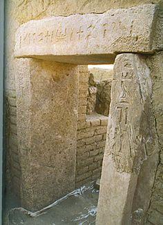 Linteau et montants d'une porte au nom du gouverneur Medou Nefer provenant de son sanctuaire pur Hout Ka d'Ayn Asil