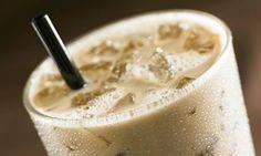 """""""Café frappé"""" - 15 cl de café + 2 cuillères de sucre en poudre + 30 cl de lait + 1 mixer."""