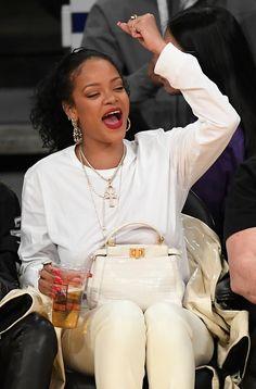 Rihanna at Utah Jazz vs. LA Lakers Game at Staples Center in Los Angeles, Looks Rihanna, Rihanna Fenty, Utah Jazz, Los Angeles Lakers, Halle Berry Body, Rihanna Street Style, Bad Gal, Island Girl, Robin