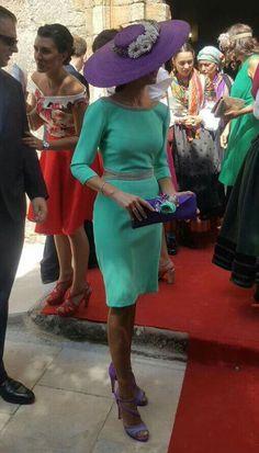 Vestido de invitada el verde con complementos morados una buena opción .