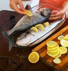 Τα ψάρια είναι από τις πιο θρεπτικές επιλογές που μπορούμε να εντάξουμε στο καθημερινό ή και το κυριακάτικο τραπέζι. Όπως και να τα απολαύσουμε, ως μεζέ με το ουζάκι ή δροσερή ρετσίνα, ή ως κυρίως πιάτο συνοδευόμενα με καλό κρασί υπάρχουν μερικές λεπτομέρειες που πρέπει να γνωρίζουμε. Δώστε βάση λοιπόν. Greek Recipes, Desert Recipes, Fish Recipes, Seafood Recipes, Greek Dishes, Fish Dishes, Cooking Tips, Cooking Recipes, Mediterranean Diet Recipes