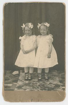 Vintage Cabinet Card Photo identical Twin Sisters Very Sweet Banana Curls Hair Vintage Twins, Vintage Dolls, Vintage Children, Twin Girls, Twin Sisters, Old Photos, Vintage Photos, Vintage Ads, Love Twins
