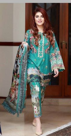 Momina mustehsan in desi clothes Pakistani Fashion Party Wear, Pakistani Formal Dresses, Pakistani Dress Design, Pakistani Outfits, Indian Dresses, Indian Outfits, Indian Fashion, Party Fashion, Pakistani Lawn Suits