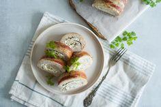 Kyllingeroulade - Opskrift På Hjemmelavet Kyllingeroulade Feta, Camembert Cheese, Bacon, Buffet, Sandwiches, Food And Drink, Potato Salad, Paninis, Pork Belly