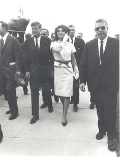 1963. 21 Novembre. President John F. Kennedy and First Lady Jacqueline Kennedy walk through Brooks Air Force Base. Photo Courtesy of Brooks City Base.