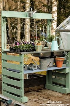 Pallet Tables Projects Plans of Woodworking Diy Projects - DIY garden potting table using pallets old sink Romppala - Lindan pihalla Get A Lifetime Of Project Ideas Outdoor Potting Bench, Pallet Garden Benches, Pallet Potting Bench, Outdoor Pallet Projects, Potting Tables, Pallet Tables, Pallet Ideas, Pallet Planters, Pallet Bar