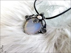 Náhrdelník-+Opalit+Náhrdelník+je+vyrobený+z+cínu+s+příměsí+stříbra+(+cín+neobsahuje+olovo),+drátku,+Opalitu+a+říční+perly.+Náhrdelník+je+patinovaný+a+následně+očištěný+specielním+antioxidačním+olejem.+Velikost+šperku+je+5x5,5cm.+Šperk+je+zavěšen+nakůžis+bižuterním+zapínáním.Na+přání+mohukůži+vyměnit+za+řetízek+či+obruč.+Náhrdelník+je...