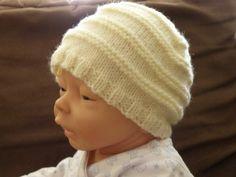 Modèles de tricot pour bébé : chaussons, brassières, robes, gilets, pull..., avec leurs explications. Pour débutantes ou expertes. Tricot Baby, Beret, Baby Knitting, Knitted Hats, Knitting Patterns, Winter Hats, Beanie, Couture, Crochet