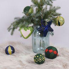 Készítettünk pár trendi, vidám karácsonyfadíszt hungarocellből! Hát nem zseniálisak? Kattints a linkre, és olvasd el, hogy hogyan készül!   #christmasdecoration #christmas #decorationforchristmas #karácsonyidekoráció #hungarocellgömb #karácsonyfadíszhungarocellből #karácsonyfadísz Christmas Bulbs, Table Decorations, Holiday Decor, Home Decor, Decoration Home, Christmas Light Bulbs, Room Decor, Home Interior Design, Dinner Table Decorations