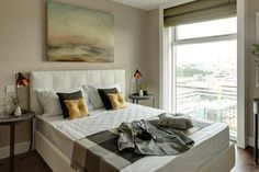 Kompozycja żółto szara w jasnej sypialni z dominantą naturalnych kolorów na ścianach.