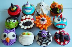 Halloween Cupcakes - these look like WAY too much work, but cute. Childrens Halloween Party, Halloween Carnival, Halloween Goodies, Halloween Crafts For Kids, Halloween Desserts, Halloween Candy, Holidays Halloween, Halloween Baking, Dulces Halloween