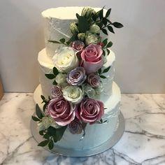 Tarta paleteada con decoración floral. Cake, Desserts, Food, Floral Decorations, Tailgate Desserts, Deserts, Kuchen, Essen, Postres