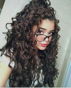 To have beautiful curls in good shape, your hair must be well hydrated to keep all their punch. You want to know the implacable theorem and the secret of the gods: Naturally curly hair is necessarily very well hydrated. Curly Hair With Bangs, Curly Hair Cuts, Short Curly Hair, Wavy Hair, Curly Hair Styles, Girls With Curly Hair, Wispy Bangs, Medium Length Curly Haircuts, Cute Curly Hairstyles