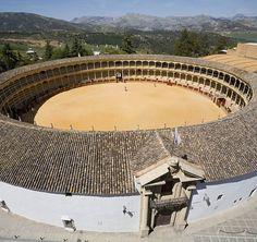 Oldest bullring in Spain, #Ronda, Málaga El ruedo de esta plaza de toros es de 66 metros de diámetro y está considerado como el más amplio del mundo y está circundado por un callejón formado por dos anillos de piedra. Los tendidos tienen cinco filas de gradas, de dos pisos, con 136 columnas formando 68 arcos de columnas toscanas