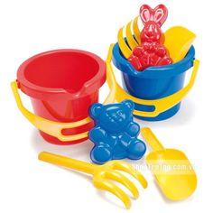 Bộ đồ chơi gồm: 2 xô nhựa, 2 rây cát, 2 cào cát, 2 xẻng xúc, 2 khuôn hình, Đựng trong túi lưới kích thước 19 cm x 20cm x 18 cm