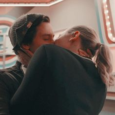 Riverdale Funny, Bughead Riverdale, Riverdale Memes, Riverdale Betty And Jughead, Cole M Sprouse, Riverdale Aesthetic, Lili Reinhart And Cole Sprouse, Riverdale Cole Sprouse, Betty Cooper