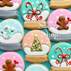 Fancy Cookies, Iced Cookies, Cute Cookies, Royal Icing Cookies, Cupcake Cookies, Cookies Et Biscuits, Christmas Sugar Cookies, Christmas Sweets, Holiday Cookies