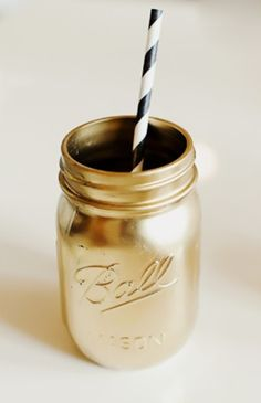 Serve your drinks in spray-painted mason jars. 51 DIY Ways To Throw The Best New Year's Party Ever Spray Paint Mason Jars, Gold Mason Jars, Colored Mason Jars, Painted Mason Jars, Lila Party, Nye Party, 50th Party, Oscar Party, Fancy Party