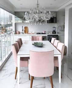 Elegant dinning table with pink chair. Luxury Dining Room, Dining Room Design, Living Room Interior, Home Remodeling, Interior, Dining Room Decor, Home Decor, House Interior, Apartment Decor